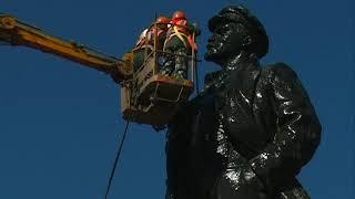 Моют памятник Ленина