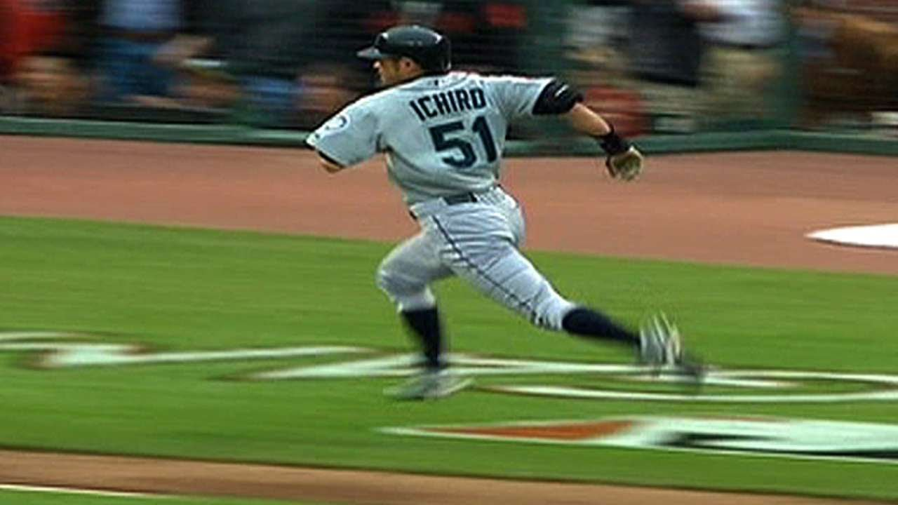 Ichiro hits an inside-the-park home run at the All-Star Game in 2007