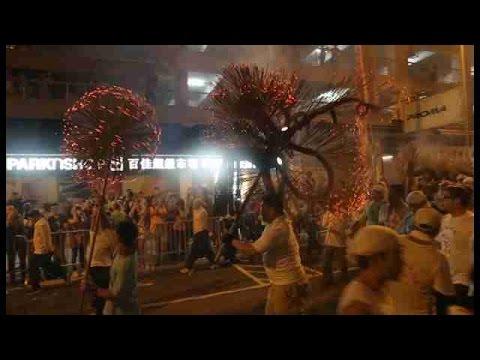El dragón de Tai Hang baila en Hong Kong durante el Festival de Medio Otoño