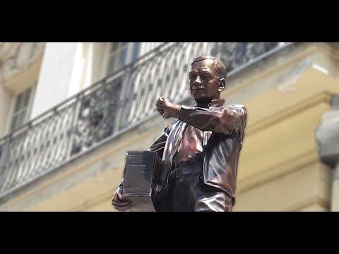 Instalace sochy Karla Kryla před budovou ostravského rozhlasu