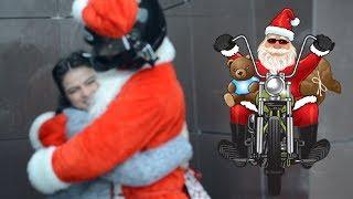 Мотоциклист Санта дарит подарки