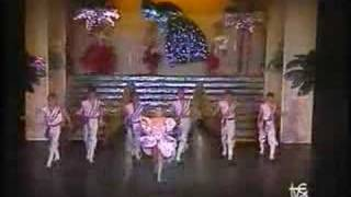 """Lina Morgan canta """"Si al amor"""""""