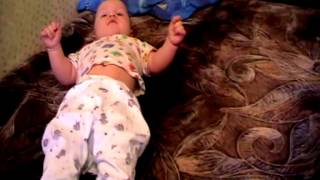 видео Когда ребенок начинает сидеть самостоятельно?