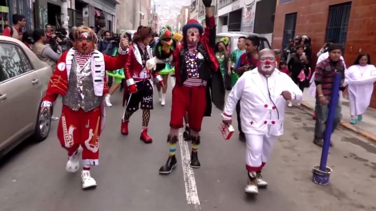 Сотни клоунов прошли по улицам столицы Перу