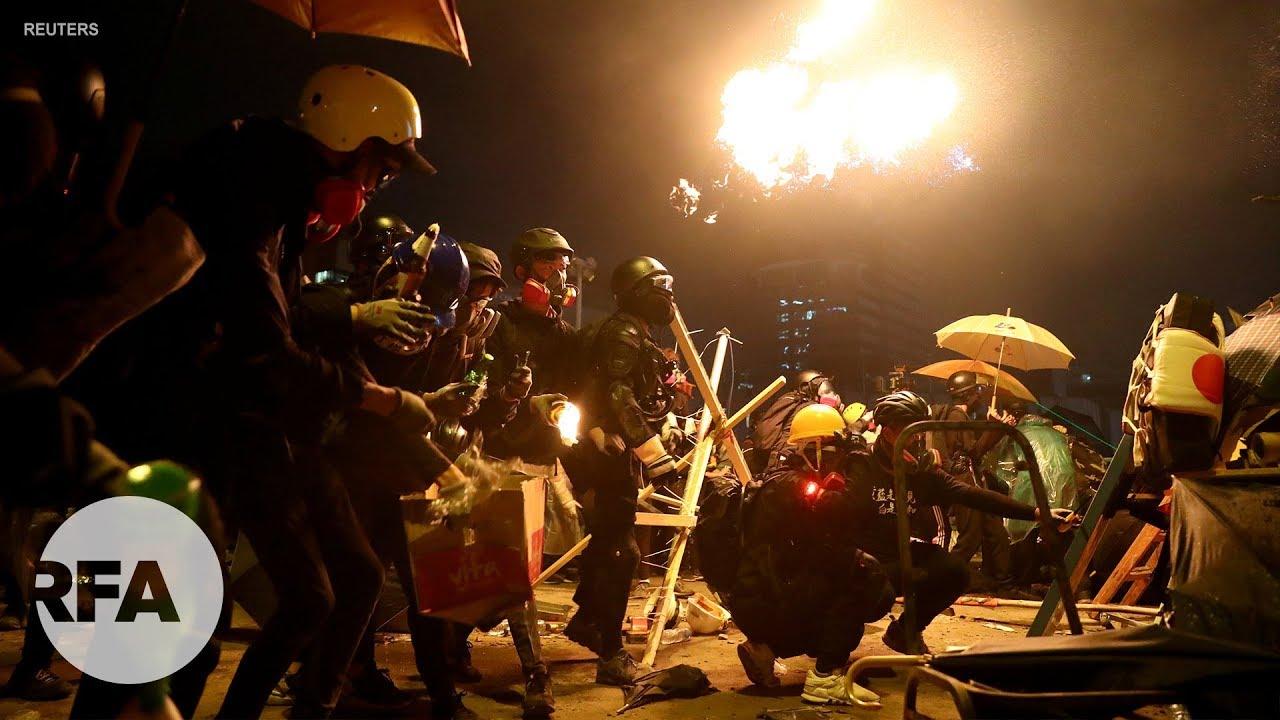 Hồng Kông: Nửa đêm cảnh sát chống bạo loạn tấn công người biểu tình từ hai phía