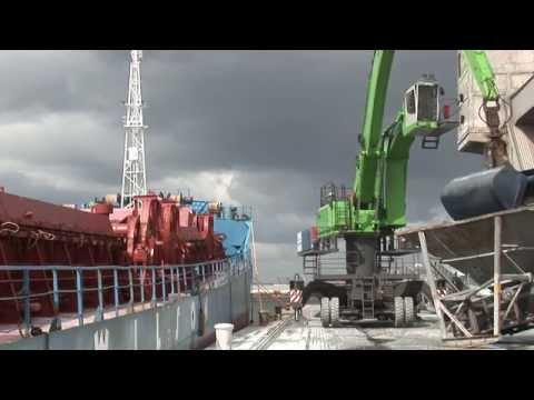 SENNEBOGEN - Port Handling: 870 Mobile Material Handler loading ships in Antwerp, Belgium
