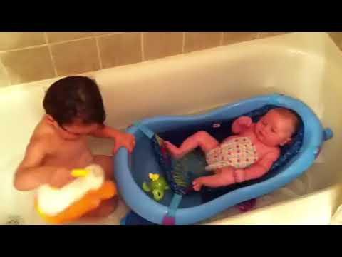 KIDS SWIMMING IN THE BATHTUB WITH MY LITTLE SISTER KHALIA | Krizea Odejar - YouTube