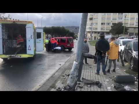 Excarcelan a un conductor que chocó contra una farola en Lugo