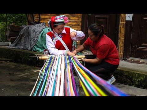 Girl of Nu ethnic minority learns traditional weaving skills