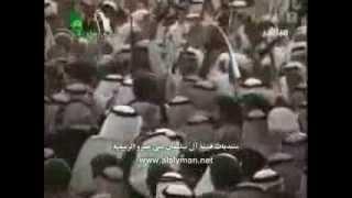 الملك عبدالله يتفاعل مع مسيرة قبائل رجال الحجر ويشارك في أداء العرضة