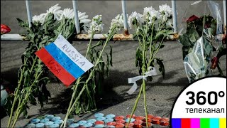 Трагедия в Лас-Вегасе: жители Москвы несут цветы к посольству США
