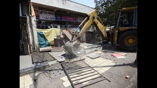 Pune: Illegal construction by shopkeepers on Ferguson College road demolished