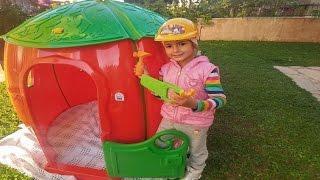 Çilek evi bahçede kuruyoruz.Usta elif tamirat yapıyor, eğlenceli çocuk videosu