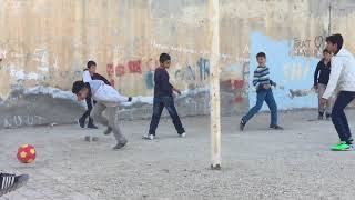 mazıdağında futbol oynayan mahalle çocukları