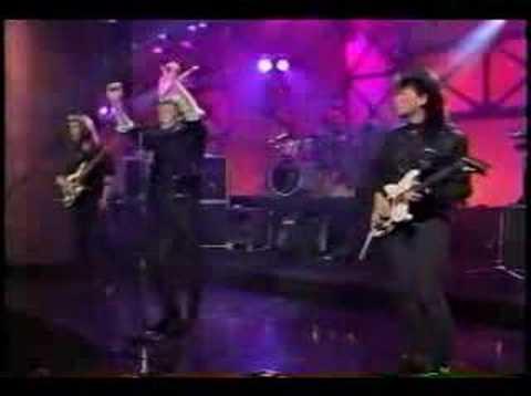 Wa Wa Nee performing