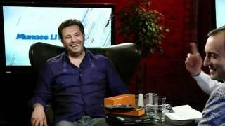 Сергей Полонский ест свой галстук