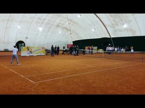 Sara Errani gioca a tennis  con Marta Cattaneo