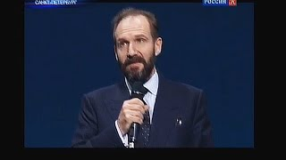 Ralph Fiennes delivers speech in Russian