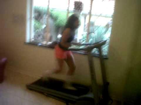 Robyn Falling off the treadmill 3GP