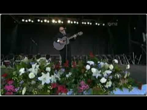 Dave Dobbyn performs Welcome Home during the Christchurch Memorial Service