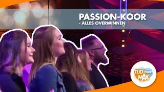 Het koor van The Passion zingt hun nummer Alles Overwinnen