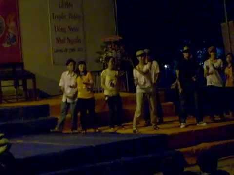 Học sinh múa té nước rất vui