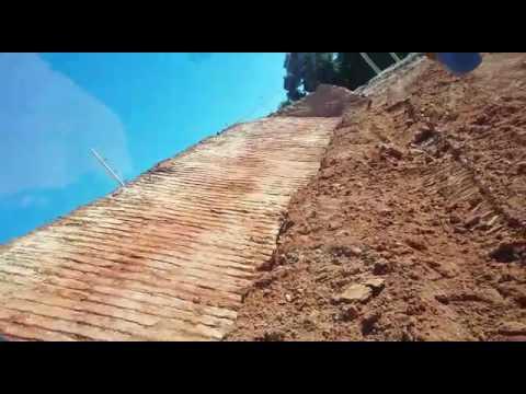 Fazendo rampa com escavadeira hidráulica Hyundai 220