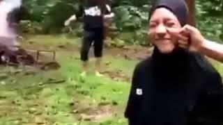 Viral !! Wanita Ini Kuat , Di Tendang Pria Ini
