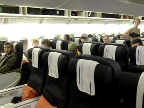 Air france boarding boeing 777 200er youtube for Interieur d avion air france