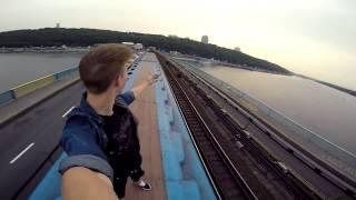 Ecco il ragazzo che si fa le selfie dal tetto del treno in corsa