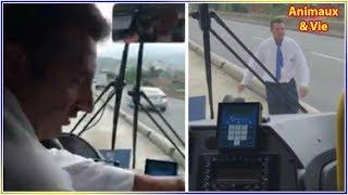 Le chauffeur de bus s'arrête au milieu de la route, quand les passagers comprennent...