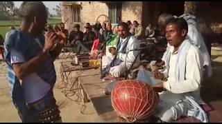 गौरीगंज के ढुहिला मऊ गाँव में सभाजीत यादव व सहयोगी रामअधार यादव लोक नृत्य करते
