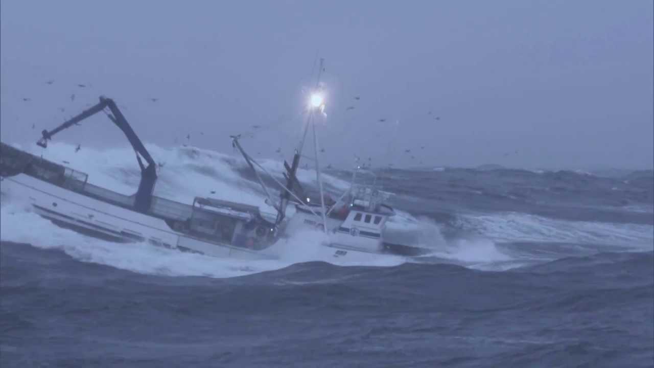 bateau de peche en pleine tempete