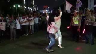Ratusan Pendukung Prabowo dikacangin 2 Cewek Ber-NYALI
