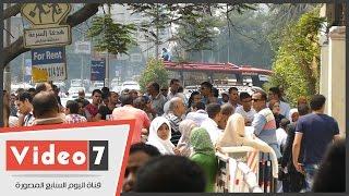 بالفيديو.. زحام أمام مدرسة السعيدية فى آخر أيام التقدم لوظائف الشهر العقارى