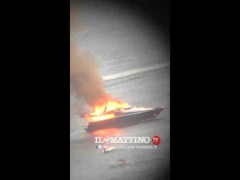 Napoli, in fiamme lo yacht di De Laurentiis. Rogo al largo di Posillipo