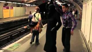 Danse dans le metro à Paris contre la loi interdisant le port du niqab en France