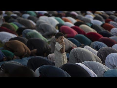 شاهد | المسلمون حول العام يحتفلون بأول أيام عيد الأضحى