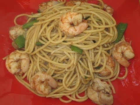 Chow Mein Con Camarones y Pollo. Comida China
