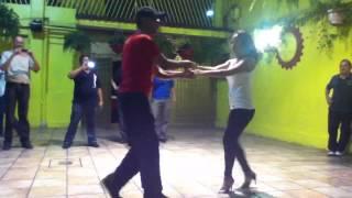 Bety y Efra bailan el yoyo de Wayne Gorbea