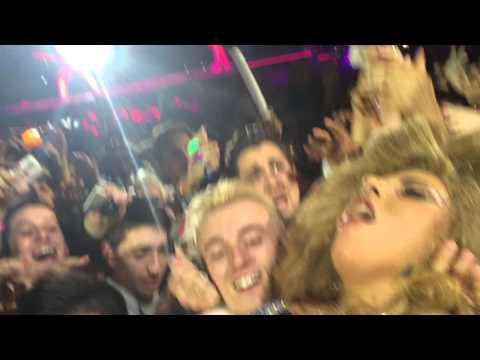 Lady Gaga saltando al público en Barcelona