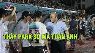 Hình ảnh đặc biệt: Thầy Park gọi riêng Tuấn Anh để nhắc nhở và hỏi thăm tình hình chấn thương