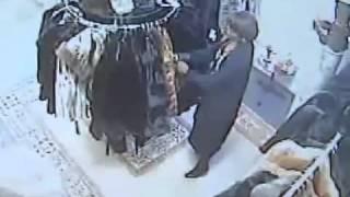Как крадут  шубы.(http://www.imperialfurs.gr/ Как крадут шубы. Шуба из настоящего меха очень мягкая и легкая, её легко можно сложить и..., 2012-07-30T04:51:32.000Z)