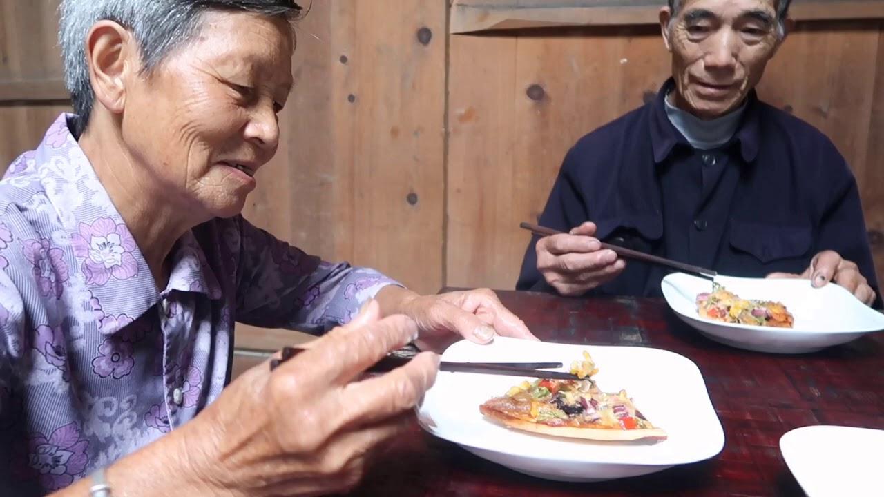 爺爺第一次吃披薩,小七配上自家的臘肉,奶奶卻說跟燒餅一樣