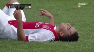 アヤックスのMFアブデラク・ヌリが試合中に倒れてヘリコプターで搬送さ...