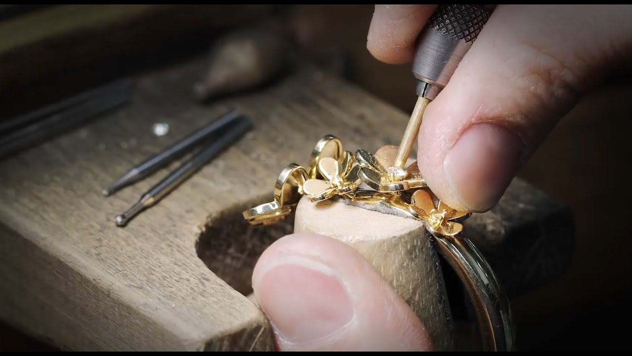 Van Cleef & Arpels' Savoir-Faire behind the new Frivole 7-flowers bracelet.