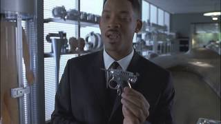 напарник получает мощное оружие (х/ф Люди в черном 1997 )