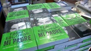 Сын наркобарона Пабло Эскобара рассказал о самоубийстве отца (видео) http://9kommentariev.ru/(http://www.epochtimes.ru ] Известнейший наркобарон, преступник и террорист из Колумбии Пабло Эскобар погиб 2 декабря..., 2014-11-11T18:49:48.000Z)