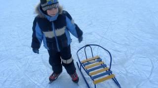 Как научить ребёнка кататься на коньках при помощи санок(http://monstrik.net/1000000srr/ - Катание на коньках одно из самых весёлых и полезных зимних развлечений, как для малышей..., 2016-01-14T12:31:34.000Z)