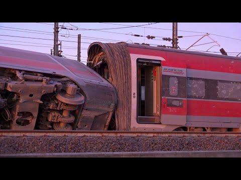 Treno deragliato a Lodi, le carrozze ribaltate e i detriti sui binari